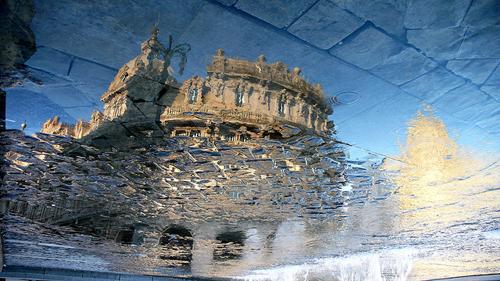 Piazza De Ferrari riflessa nell'acqua a Genova