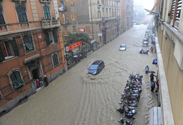 Le strade di Genova allagate