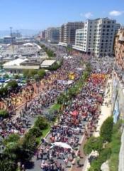 Corteo di manifestanti per le strade di Genova