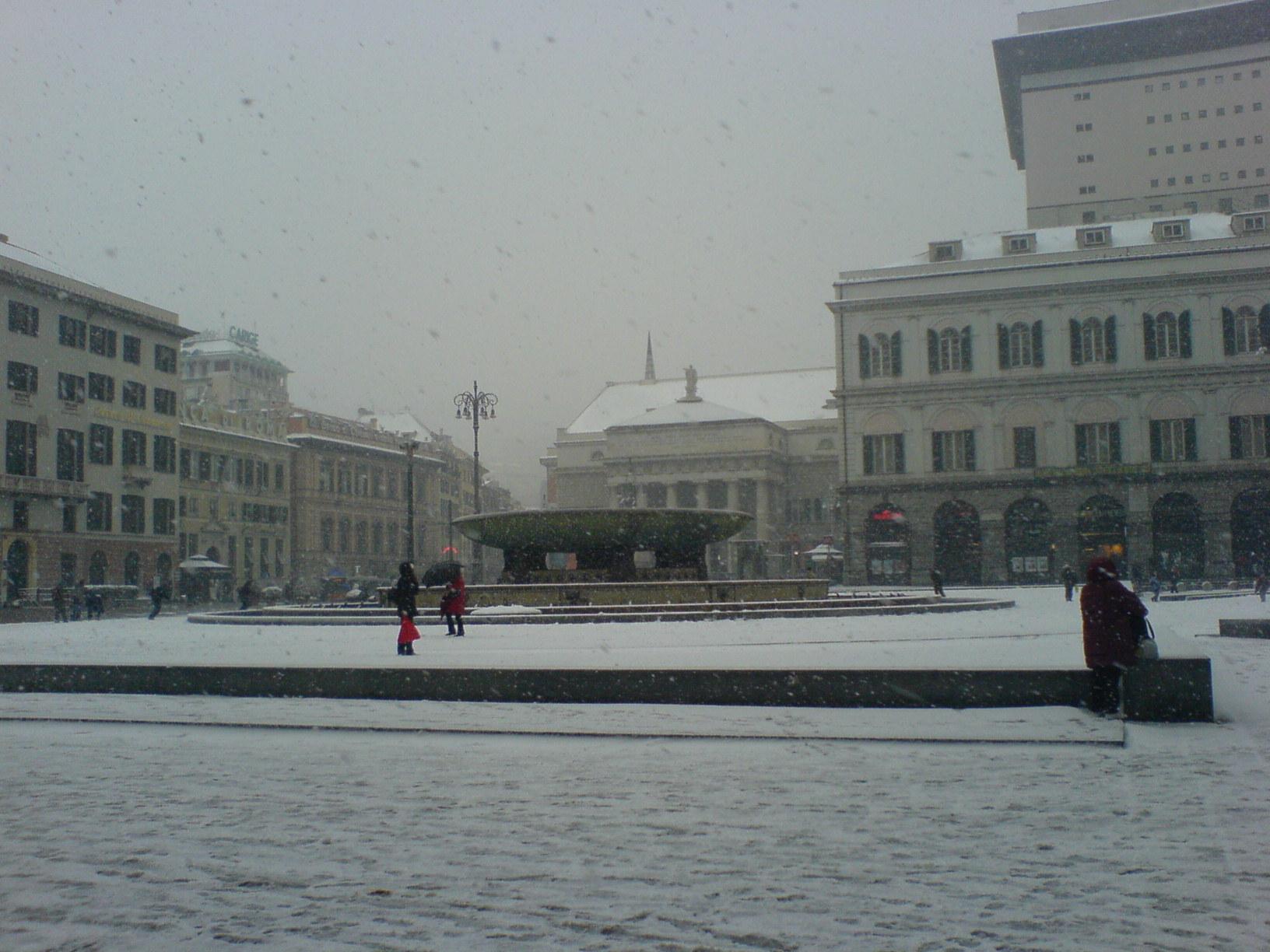 Piazza de Ferrari a Genova sotto la neve