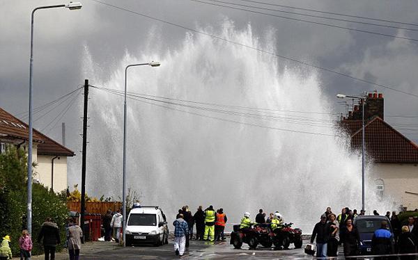 Il geyser prodotto dallo scoppio di una conduttura a Huyton