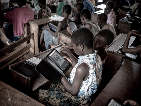 Una scolaresca studia sui Kindle in Ghana