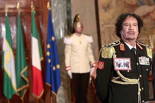 Gheddafi con la foto al petto