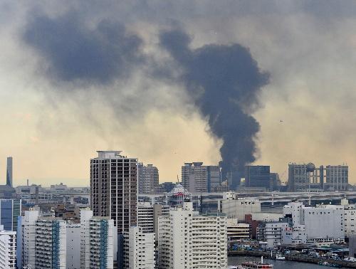 Edifici bruciano a Tokyo dopo il terremoto