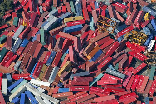 Container rovesciati da un super cargo rovesciatosi a Sendai