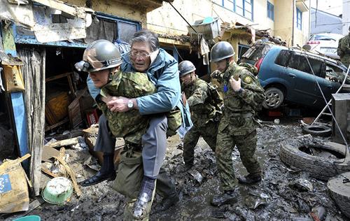 Squadre di soccorso al lavoro a Kesennuma