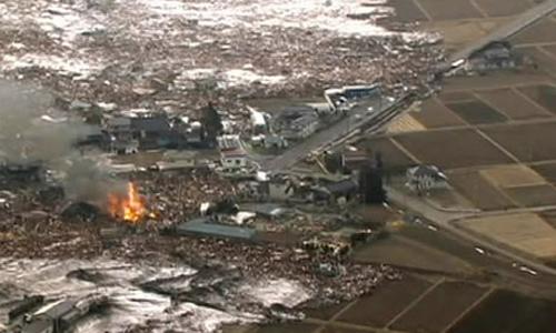 La furia dello tsunami spazza via le case sulla costa giapponese di Sendai