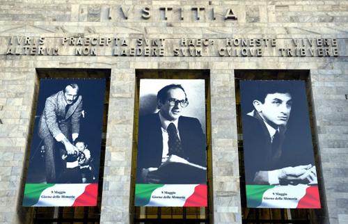 Le gigantografia dei magistrati uccisi dal terrorismo sul Palazzo di giustizia a Milano