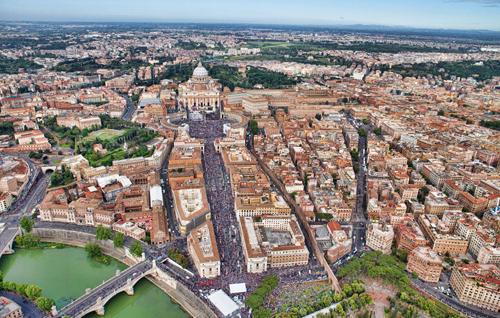 Piazza San Pietro e via della Conciliazione invase di pellegrini