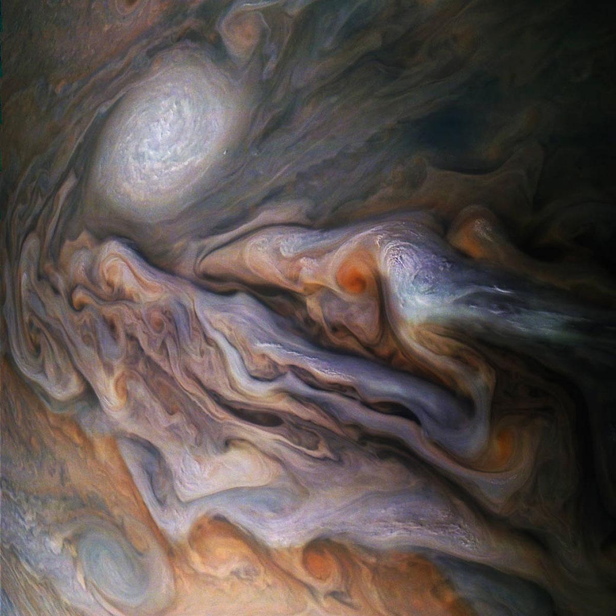 Tempeste su Giove fotografate dalla sonda Juno