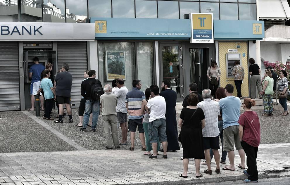 Greci in fila davanti agli sportelli ATM