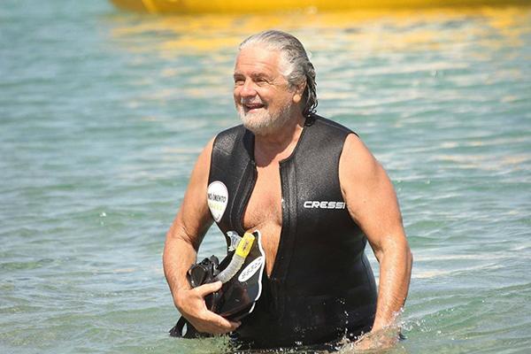 Beppe Grillo al mare in Sardegna