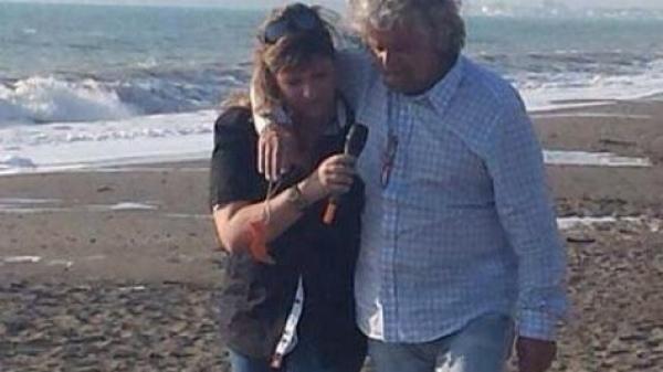 Grillo abbraccia e stringe una giornalista di Agorà