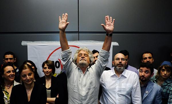 Beppe Grillo a mani alzate
