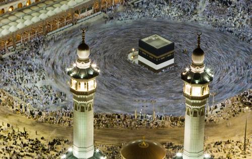 Pellegrini musulmani pregano intorno alla Kaaba all'interno della Grande Moschea, nella città santa della Mecca
