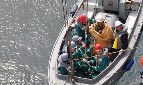 Il signor Hiromitsu Shinkawa tratto in salvo dalla marina giapponese
