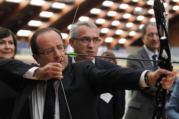Hollande tira con l'arco