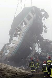 I vagoni distrutti nell'impatto