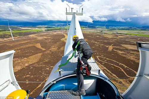 Ross Kennedy al lavoro su una turbina eolica