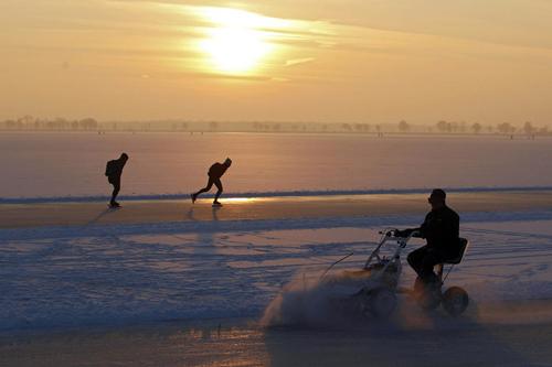 Lago ghiacciato a Belterwiede nei Paesi Bassi