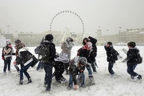 Ragazzi giocano con la neve a Lione