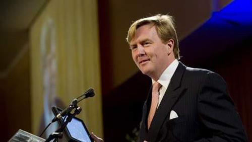 Il principe ereditario dei Paesi Bassi legge il suo discorso su iPad