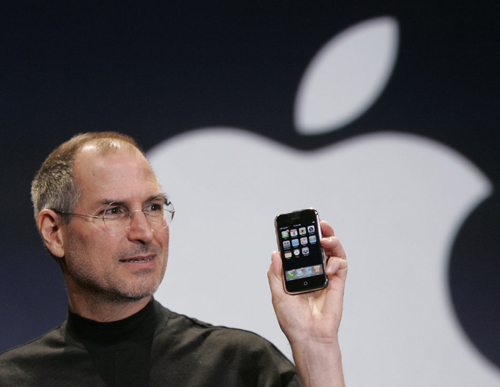 Steve Jobs con un iPhone