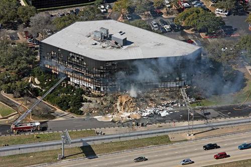 Il palazzo dell'IRS a Austin in fiamme
