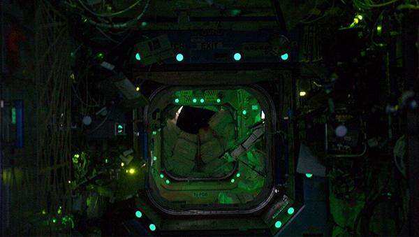 L'interno della ISS di notte