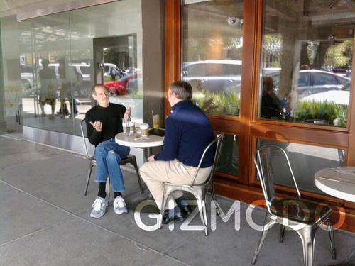 Eric Schmidt e Steve Jobs conversano attorno al tavolino di un bar a Palo Alto