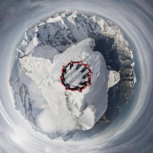 Nove alpinisti sulla vetta dello Jungfrau ripresi da un drone