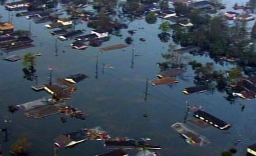 Case sommerse a causa della rottura degli argini dei laghi