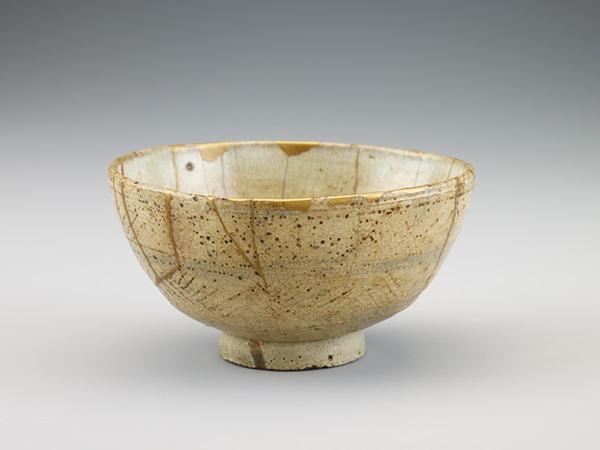 Un vaso riparato con l'arte del kintsukuroi
