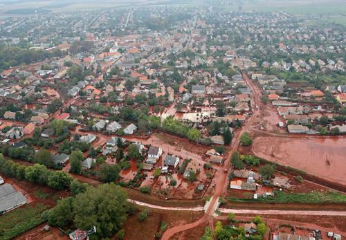 Il fango tossico ricopre la cittadina di Kolontar in Ungeria