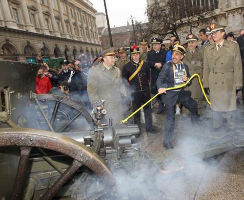 Il ministro La Russa alle prese con un cannone alla Stramilano