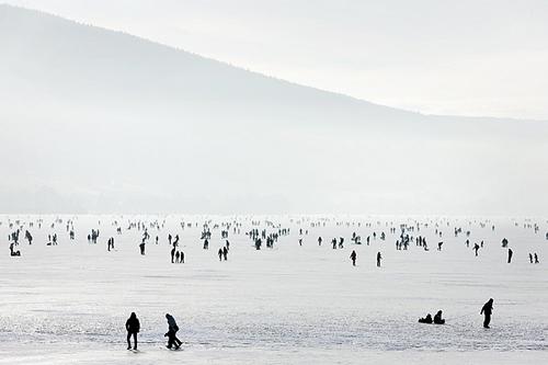 Il Lac de Joux ghiacciato diventa un'attrazione