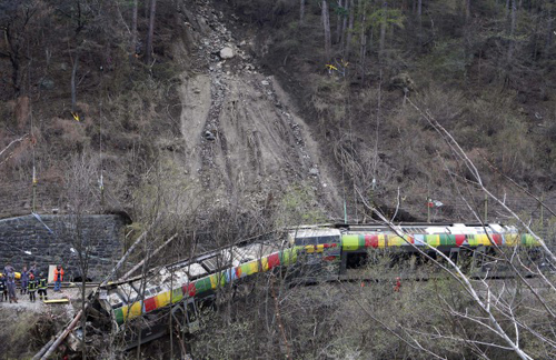 Il treno della Sad in bilico dopo il deragliamento a causa di una frana