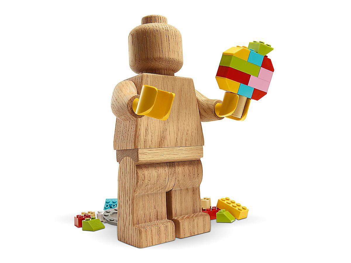 Una minifigure LEGO di legno