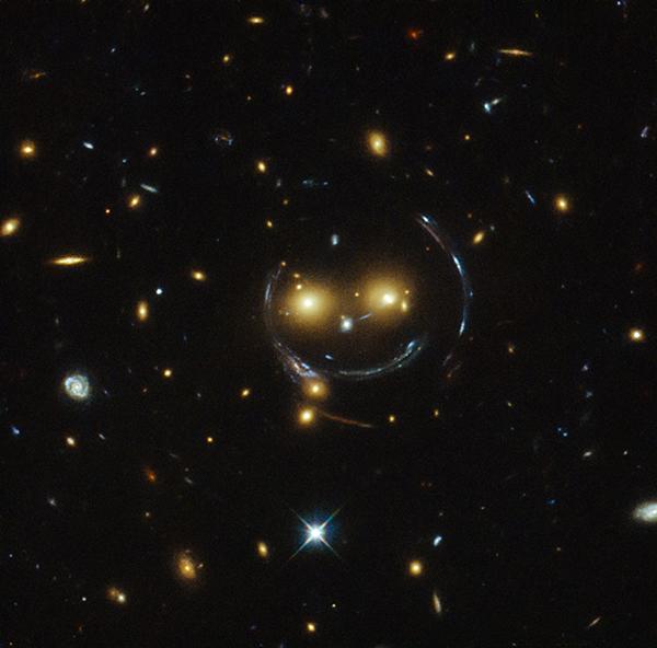 Una lente gravitazionale che assomiglia a uno smile
