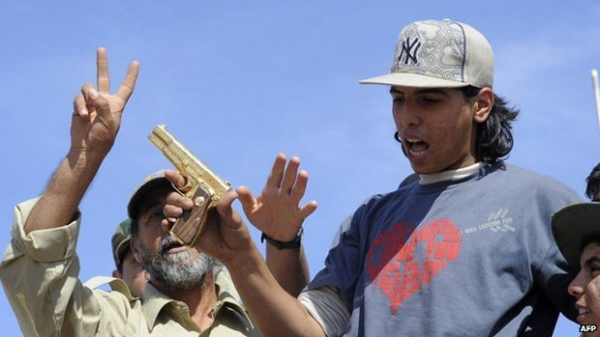Mohammed al-Bibi con la pistola d'oro del rais di Tripoli