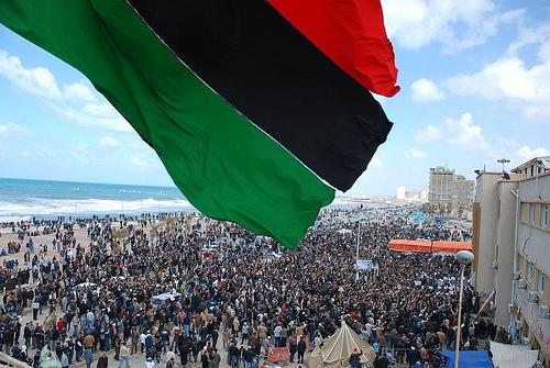 Il tricolore libico sventola su Bengasi