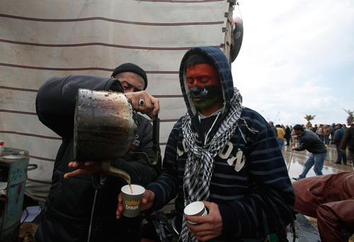 Due manifestante libici in pausa caffè