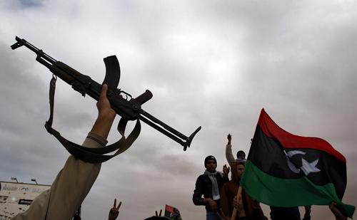 Rivoltosi libici sventola il tricolore