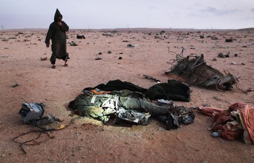 Il corpo di un pilota libico dopo l'abbattimento del suo caccia