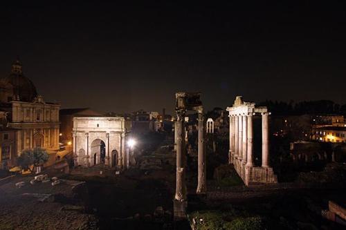 Le luci sul Foro a Roma