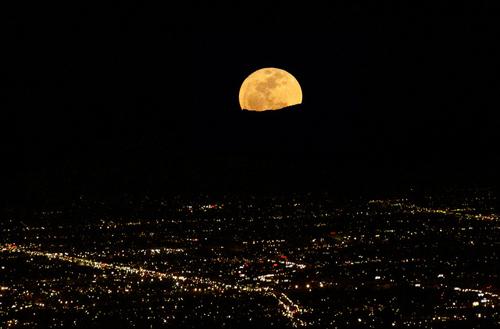 Luna al perigeo sopra Albuquerque