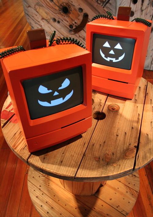 Due Mac trasformati in zucche da Halloween