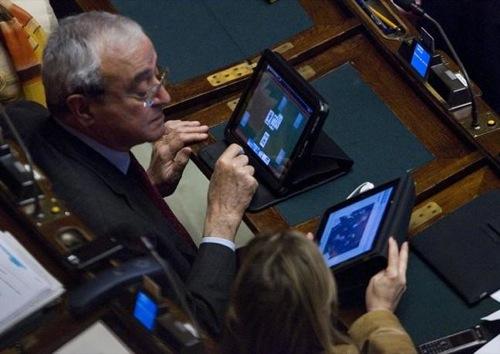 Gli onorevoli Martino e Bergamini cazzeggiano amabilmente durante una seduta parlamentare
