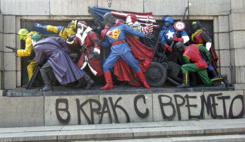 Il monumento ridipinto con i supereoi Marvel
