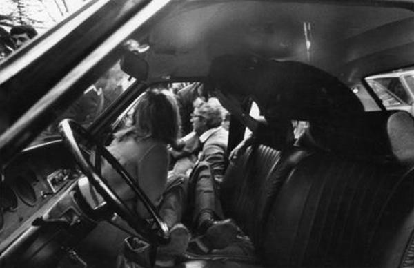 Sergio Mattarella porta fuori dall'auto il corpo del fratello ucciso dalla mafia